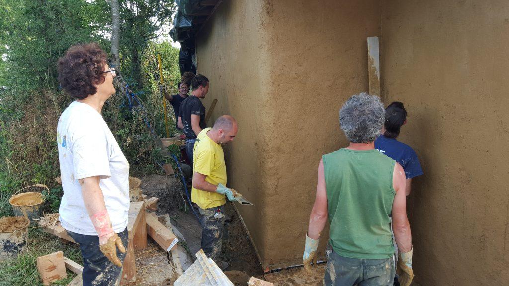 Enduit-terre-sur-paille-La-Roche-sur-yon-85-Voisins-Terre-Pelle-Mickael-Verger-2-1024x576